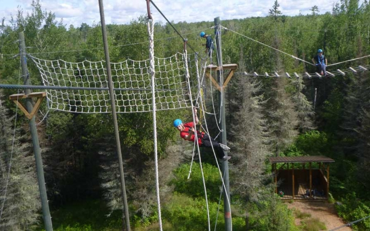 struggling teens gain confidence on ropes course