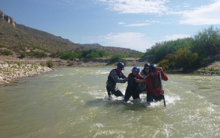 at risk teens build relationships on outward bound course