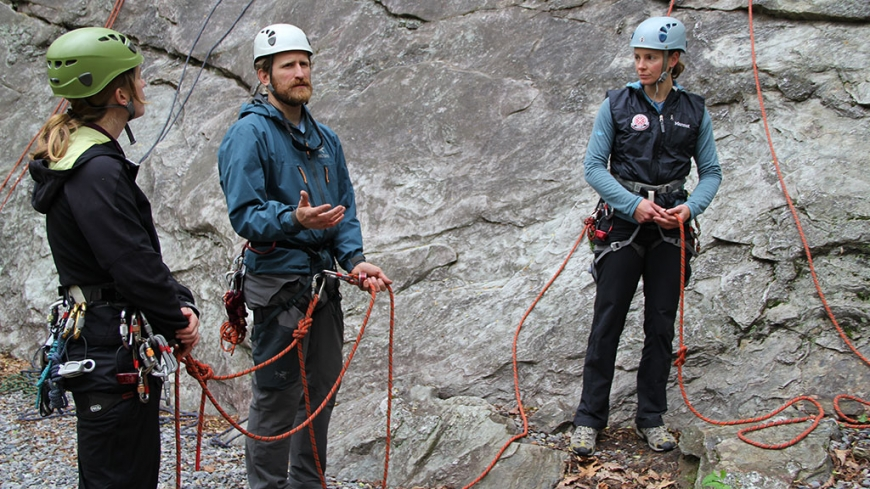 how to become a climbing guide